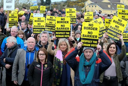 Centenas de pessoas manifestam-se na fronteira entre as duas irlandas contra saída da UE