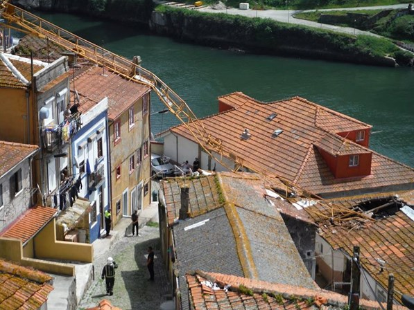 Uma família desalojada e nove casas atingidas com queda de grua no Porto