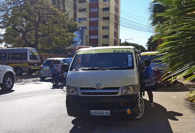 Mundo | Carrinhas de transporte escolar em Moçambique devem ser amarelas, crianças não podem sentar ao lado do motorista ou na primeira fila