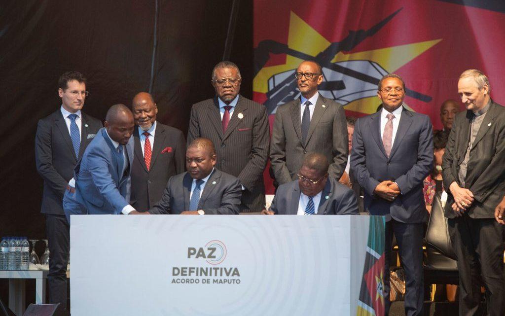 Moçambique | Nyusi e Momade acabaram com um dos mais antigos conflitos em África num acto público ignorado pelo povo