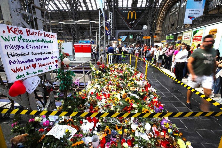 Mundo | Uma criança foi assassinada e as insinuações da extrema-direita obrigaram o Governo alemão a montar um gabinete de crise