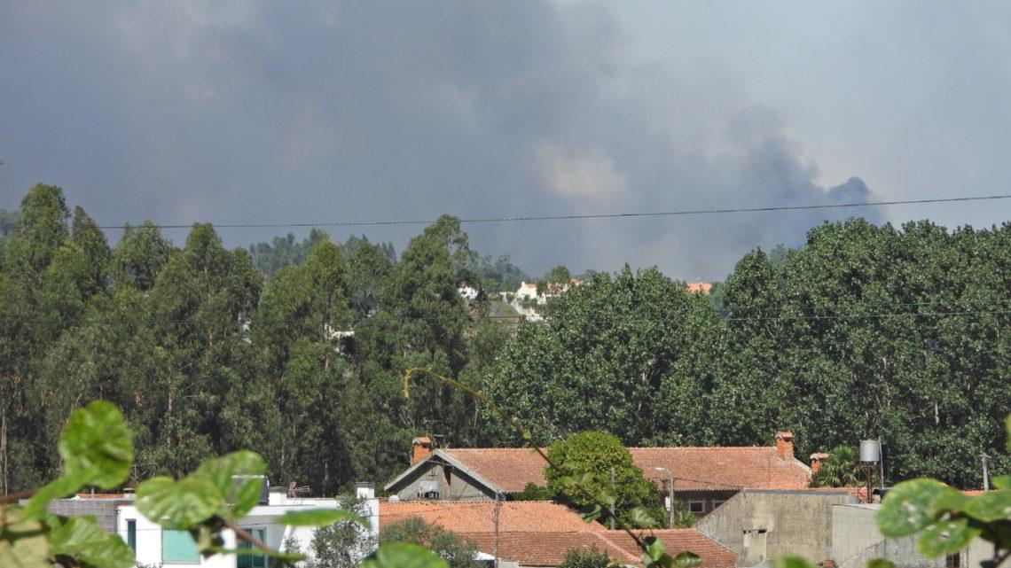 Fogos em Aveiro mobilizam mais de 700 bombeiros e cortam A1, A25 e IC2