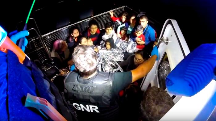 Mundo   GNR resgata 49 crianças na Grécia