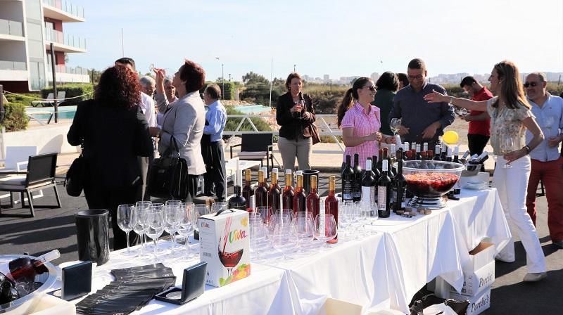 Algarve | Turistas provam vinhos de Lagoa