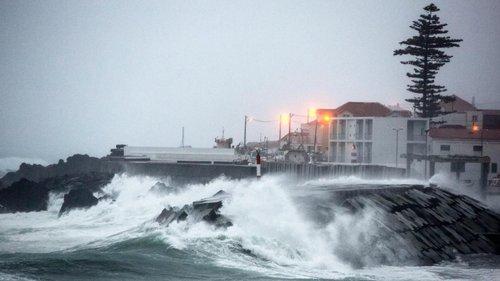 """Açores: Governo Regional encerra escolas na quarta-feira devido à passagem do furacão """"Lorenzo"""""""