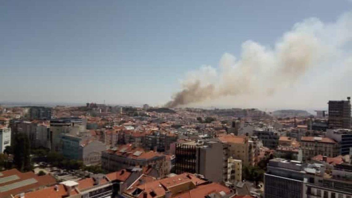 Lisboa | Fogo na Penha de França extinto. Há 4 feridos por inalação de fumos