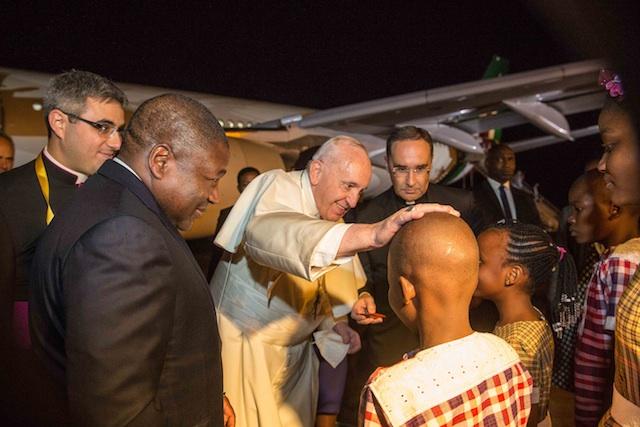 Mundo | Maputo não se engalanou mas muitos, muitos milhares receberam o 266º Papa da Igreja Católica nas ruas da capital de Moçambique