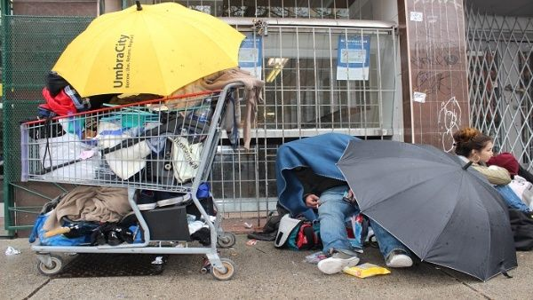 Quatro sem-abrigo morrem após serem espancados com barra de ferro em Nova Iorque