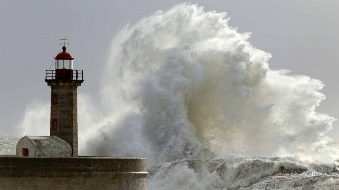 Alerta | Agitação marítima forte fecha 7 barras. Ondas podem chegar aos 15 metros