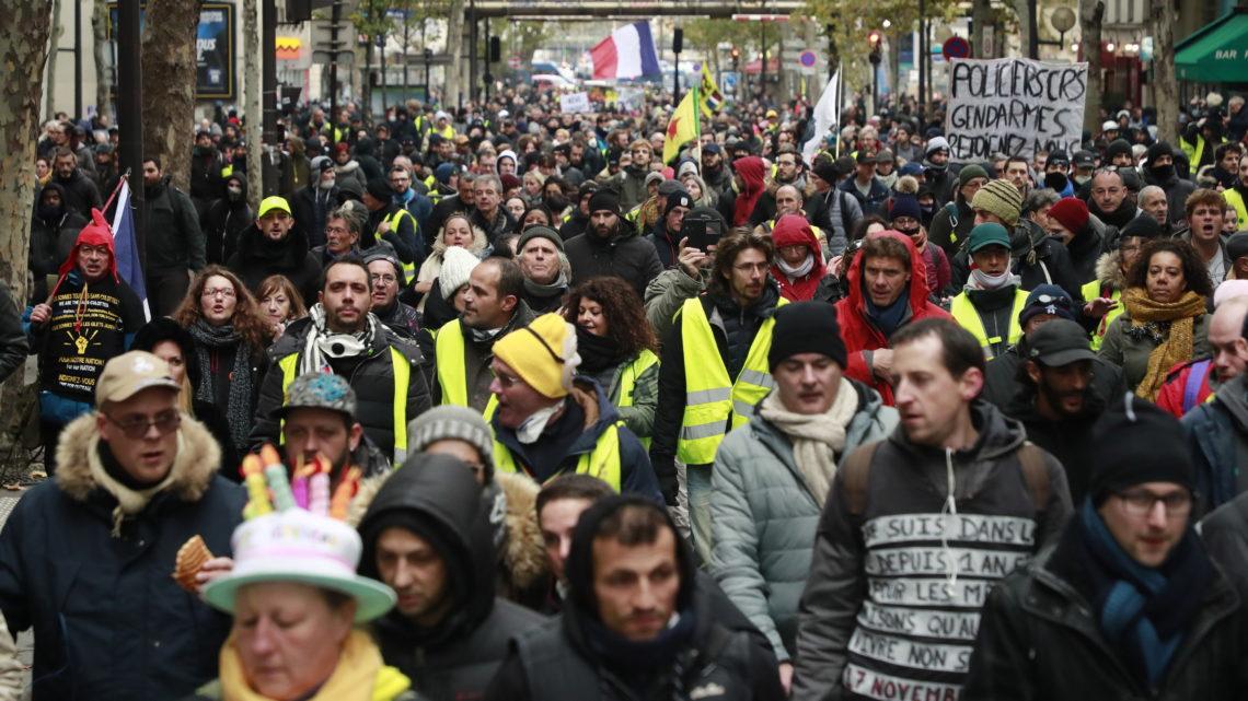 Mundo | Os coletes amarelos estão de volta às ruas de Paris. Pelo menos 33 pessoas foram detidas