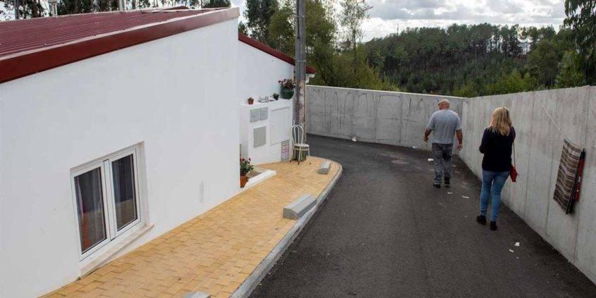 """""""É o nosso muro da vergonha"""". Leiria isola bairro social com muro de dois metros"""
