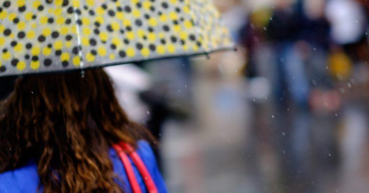 De guarda-chuva e longe do mar. Mau tempo deixa sete distritos sob aviso laranja