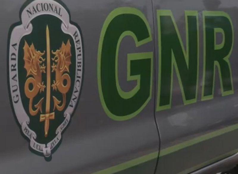 GNR deteve cinco pessoas e apreendeu quase 30 mil euros bem como droga