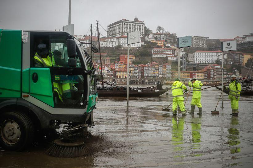 Chuva forte entupiu sarjetas e impediu acesso às urgências do Hospital de Gaia