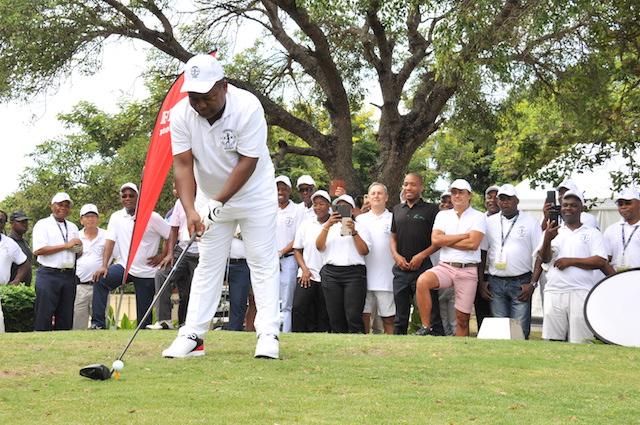 """Presidente de Moçambique promete """"trabalho, trabalho, trabalho"""" mas joga golfe em horário de expediente"""