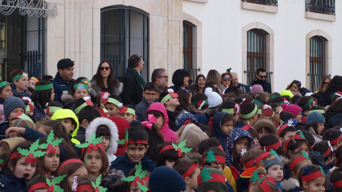 Mais de 350 alunos do Centro Escolar de Cantanhede cantaram as janeiras na Câmara Municipal