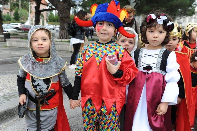 Escolas animam ruas da cidade com desfile de Carnaval