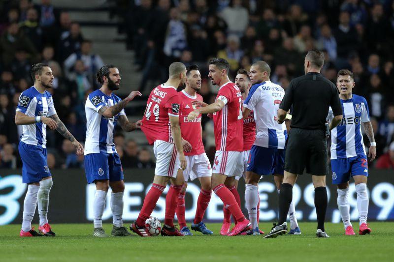 Benfica critica arbitragem do clássico e pede árbitros estrangeiros