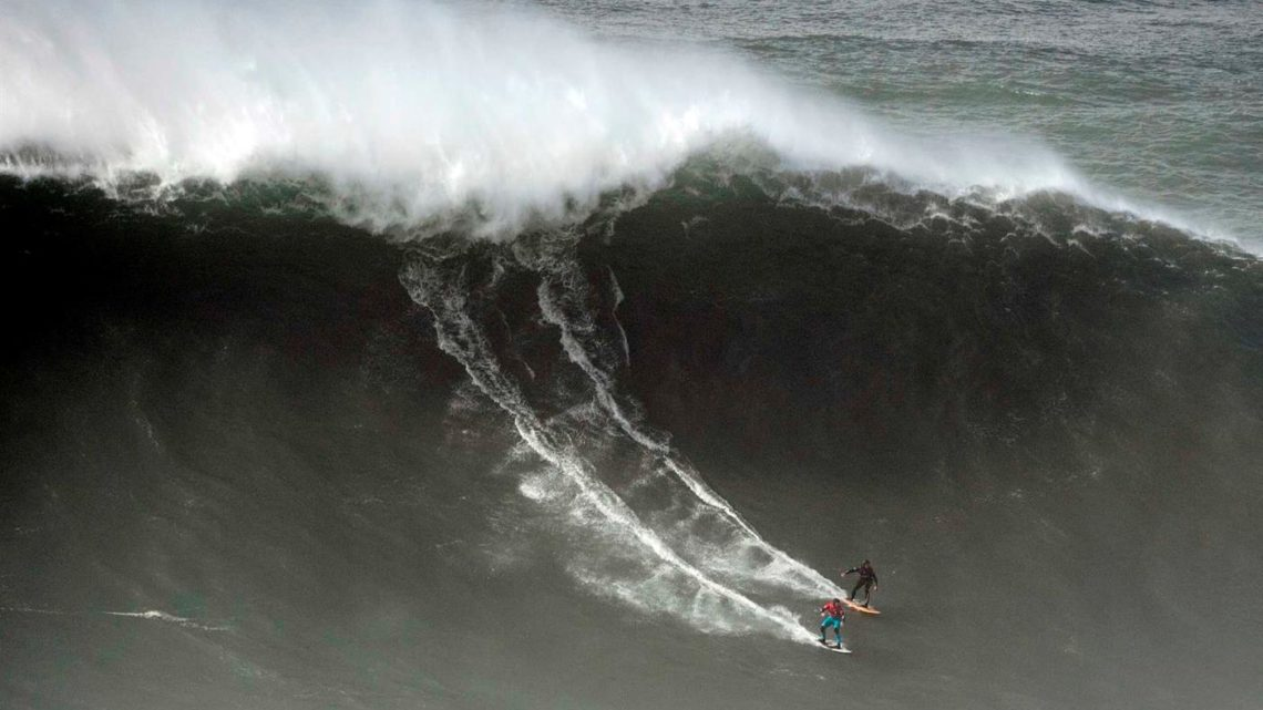 Ondas gigantes na Nazaré. Surfista português hospitalizado após acidente