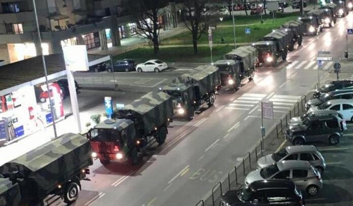 Camiões do exército carregam corpos para serem cremados. Cemitérios já estão no limite