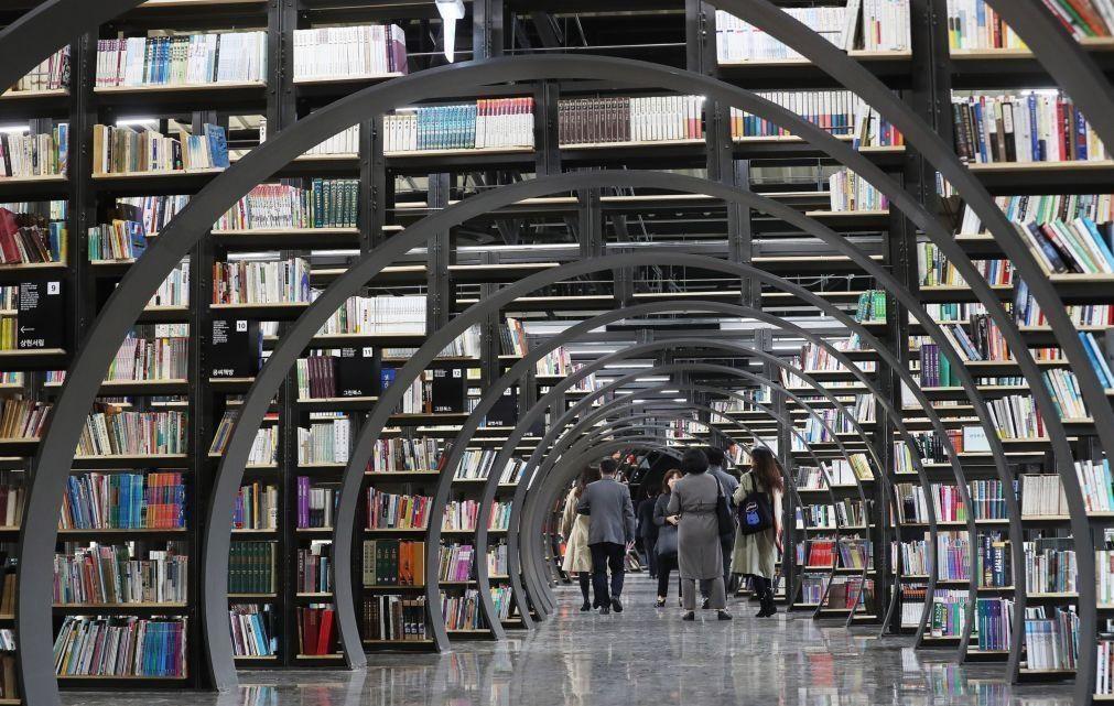 Covid-19: Livrarias podem estar abertas se venderem ao postigo