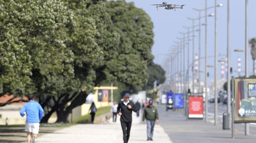 """Covid-19: Drones """"dizem"""" a quem passeia no litoral do Porto que """"regresse a casa"""""""