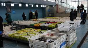 Leilões de pescado reduzidos e taxa de acostagem suspensa