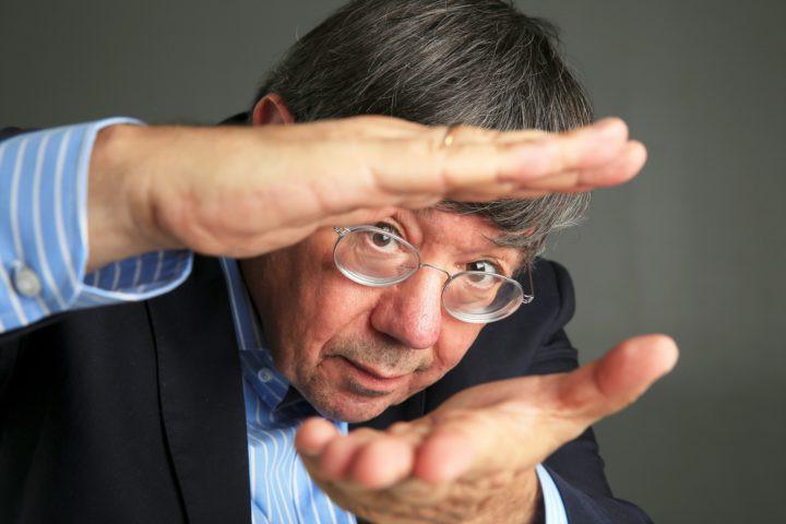 """Carlos Fiolhais: """"Só há três competidores no planeta: o homem, os vírus e as bactérias"""""""