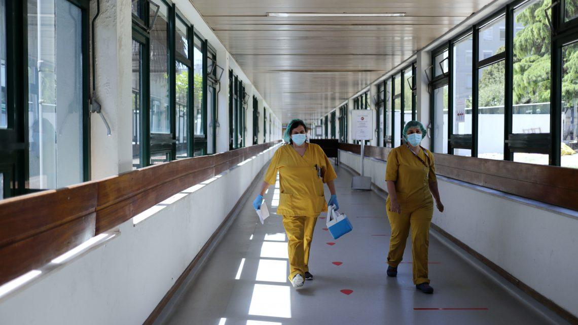 """Dois meses depois do primeiro caso de covid-19, o Hospital São João vai retomando a """"normalidade"""" com novas rotinas"""