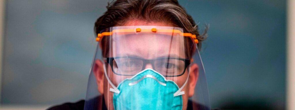 Médicos alertam que viseiras não substituem máscaras e querem mudança da lei