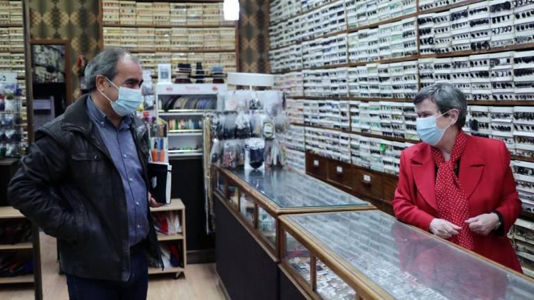 Comércio reabre no Porto entre filas nas barbearias e vazio em lojas de lembranças 'made in' Portugal