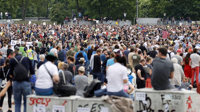 Suíços protestam contra medidas de confinamento