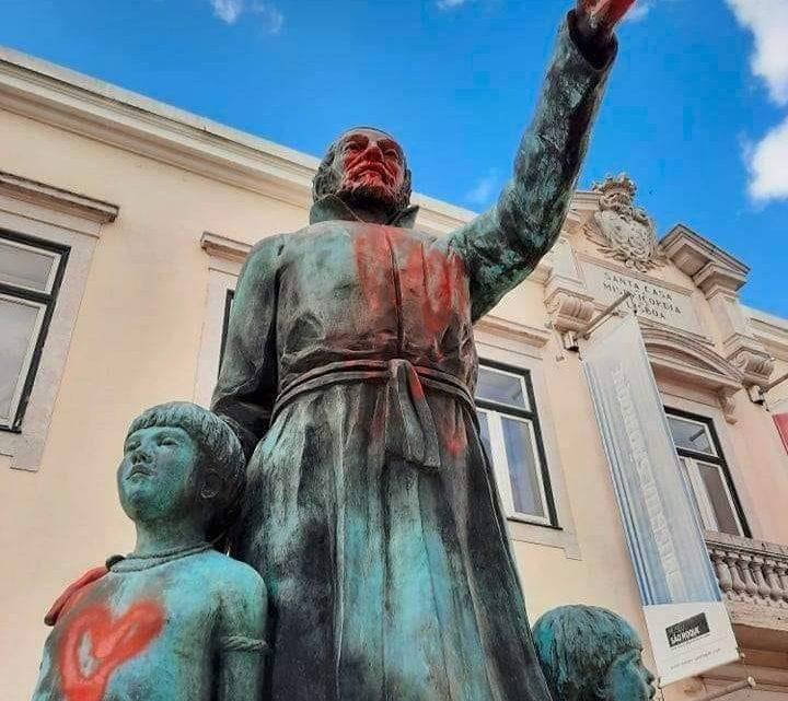 Estátua do padre António Vieira vandalizada em Lisboa. PSP procura responsáveis