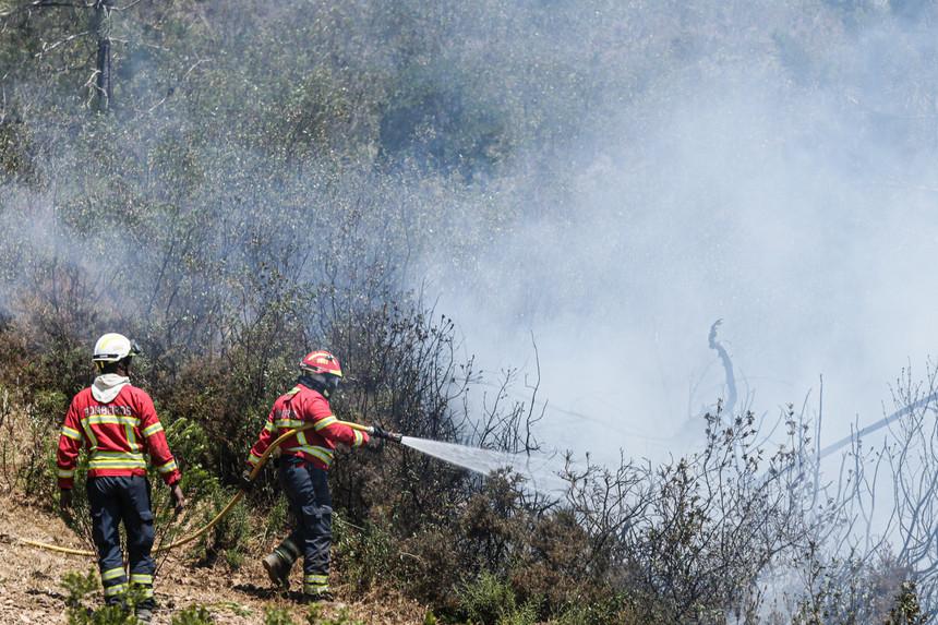 Fogo em Aljezur dado como extinto mas dispositivo mantém-se no terreno