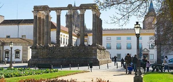 Trinta e nove utentes e funcionários de lar ilegal em Évora testam positivo