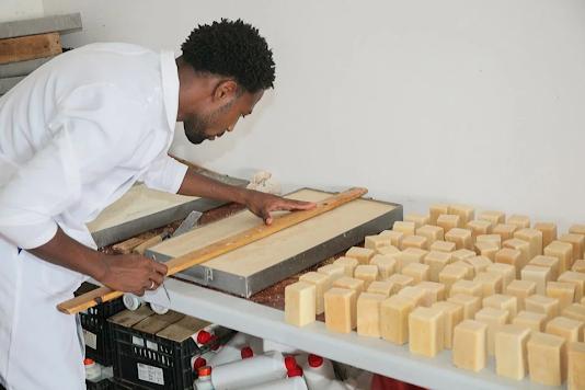 Jovens cabo-verdianos transformam 7,5 toneladas de óleo alimentar usado em sabão e detergente