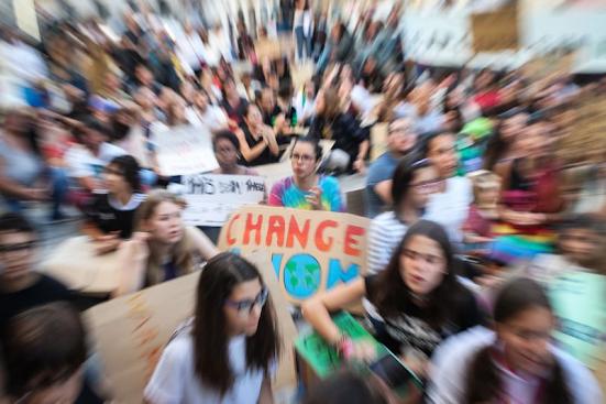 """Clima: Tribunal dá """"luz verde"""" a processo inédito movido por jovens contra 33 países… Portugal incluído"""