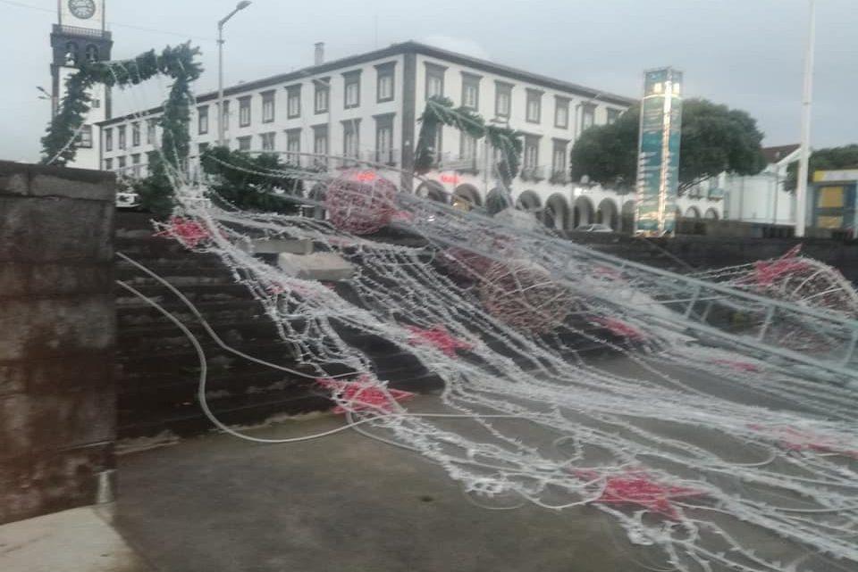 Ventos fortes destruiram Árvore de Natal da cidade de Ponta Delgada
