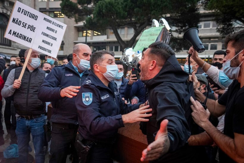 Empresários arremessam garrafas contra PSP e queimam caixões no Porto