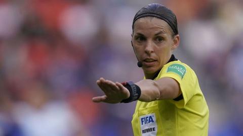 Stéphanie Frappart vai ser a primeira mulher a arbitrar um jogo da Liga dos Campeões de futebol