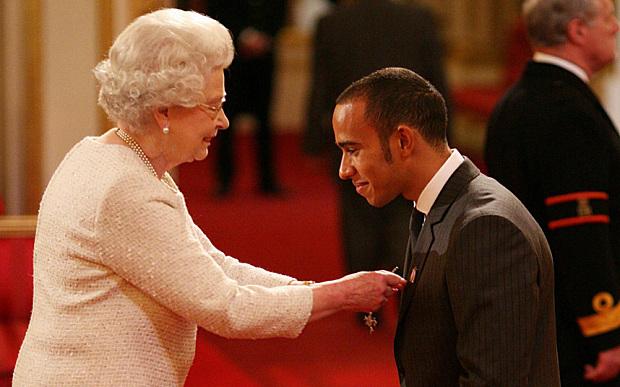 Lewis Hamilton condecorado pela Rainha Isabel II