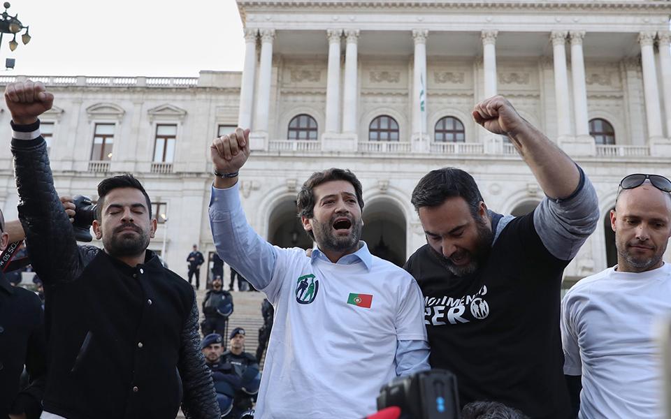 Ventura apedrejado por manifestantes em Setúbal, um detido