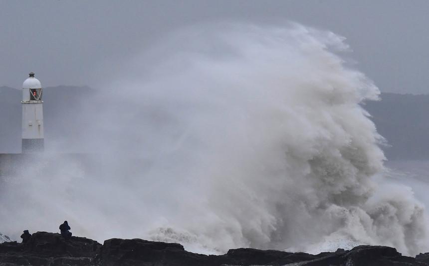 Ondas de 12 metros e vento de 110 km/h até quarta-feira