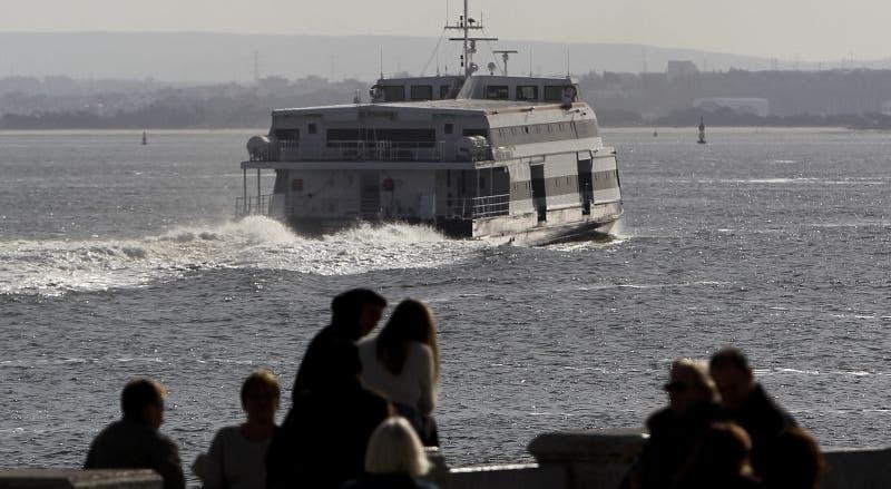 Embarcação da Transtejo resgata três homens que naufragaram no rio Tejo