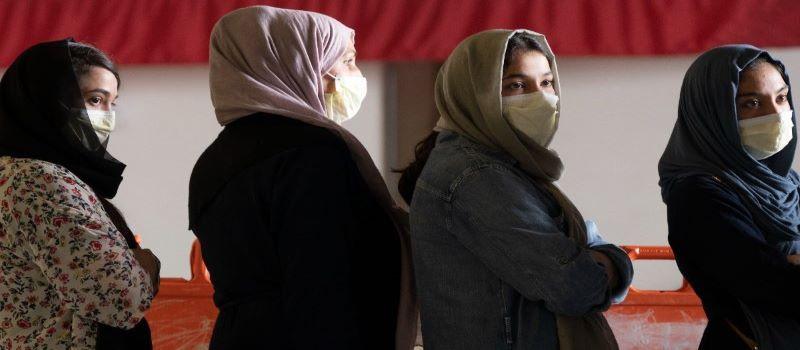 Estudantes afegãs só podem frequentar aulas unissexo e têm de usar abaya e niqab