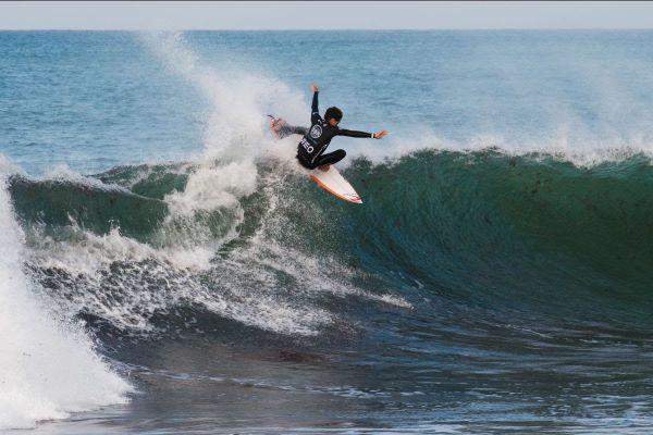 Liga MEO Surf – Festival de tubos e nota 10 no dia inaugural do Bom Petisco Peniche Pro