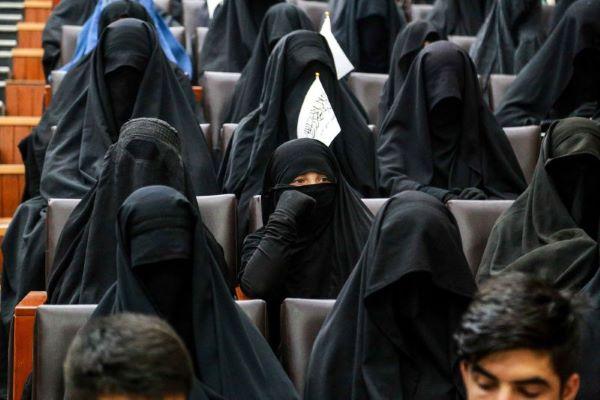 Talibãs permitem que mulheres continuem a estudar mas apenas em universidades segregadas e com veste islâmica obrigatória