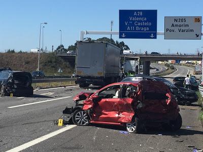 Norte | Em atualização Camião abalroa cinco carros na A28 e faz oito feridos. Vítimas iam para casamento