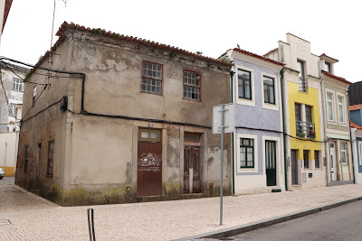 Postal Ilustrado | Casa em eminente derrocada no Largo do Rabumba em Aveiro