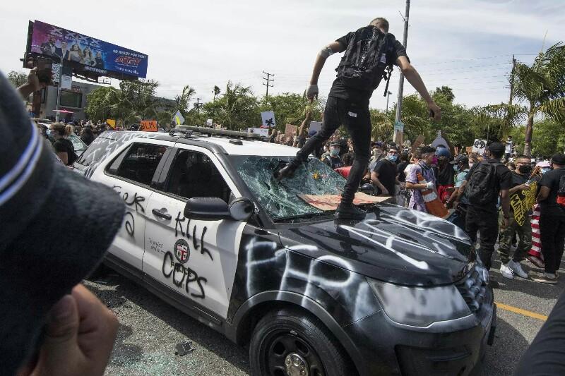 Confrontos entre manifestantes e polícias abalam principais cidades dos EUA